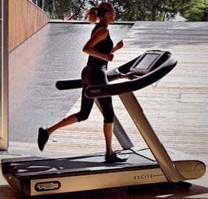 Femme qui court sur un tapis de course