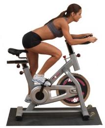 Femme sur un vélo de spinning