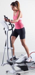 Femme qui fait du vélo elliptique