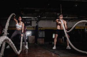 2 personnes faisant des exercices de battle rope