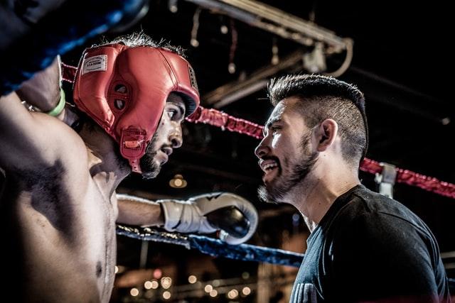illustration : un coach parle a un boxeur sur un ring
